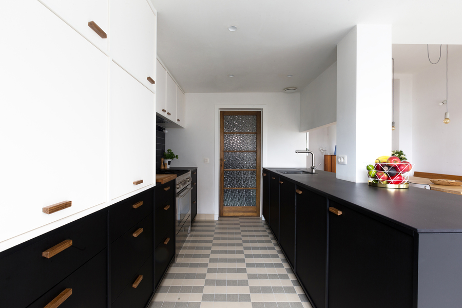 Keuken met zwarte en witte Winckelmanstegels.