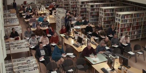 Deelnemers aan Het Groot Dictee in de bibliotheek