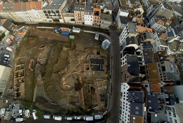 Luchtfoto van de opgravingen van het Falcontinnenklooster ter hoogte van het afgebroken Zeemanshuis