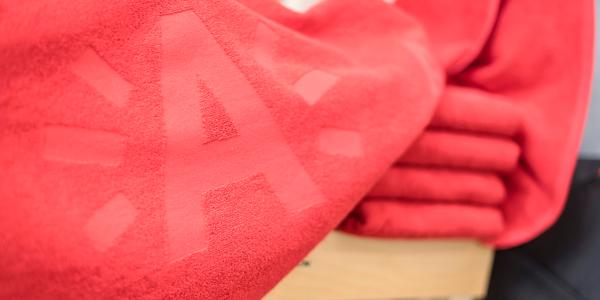Rood strandlaken met stralende A-logo