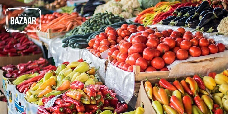 Een kraam vol manden met verse groenten en fruit