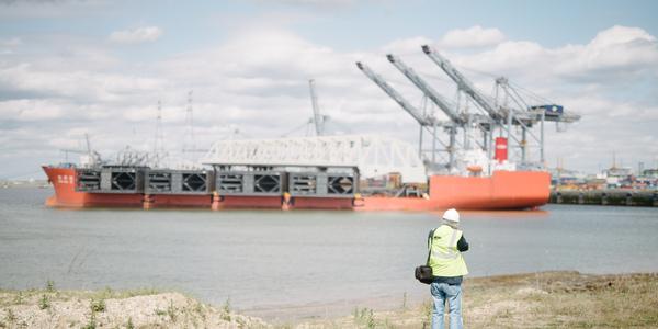 Vier gigantische sluisdeuren op een schip in de haven