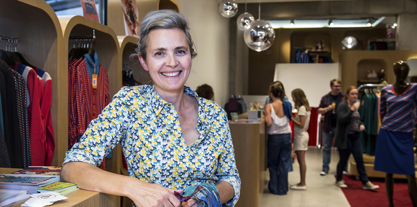 Vrouw in een kledingwinkel