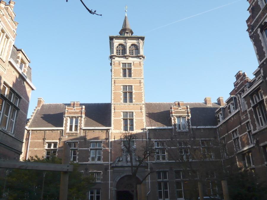 Zicht op de vervuilde gevels aan de binnenplaats met in het midden de Van Stralentoren.