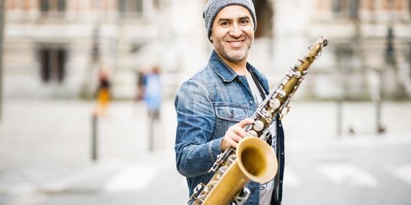 Muzikant met saxofoon in de hand