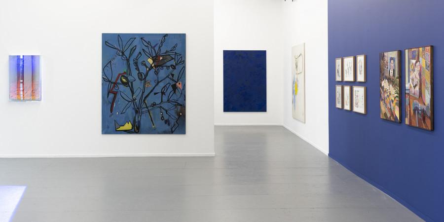 Een expositieruimte waarin verschillende kunstwerken hangen.