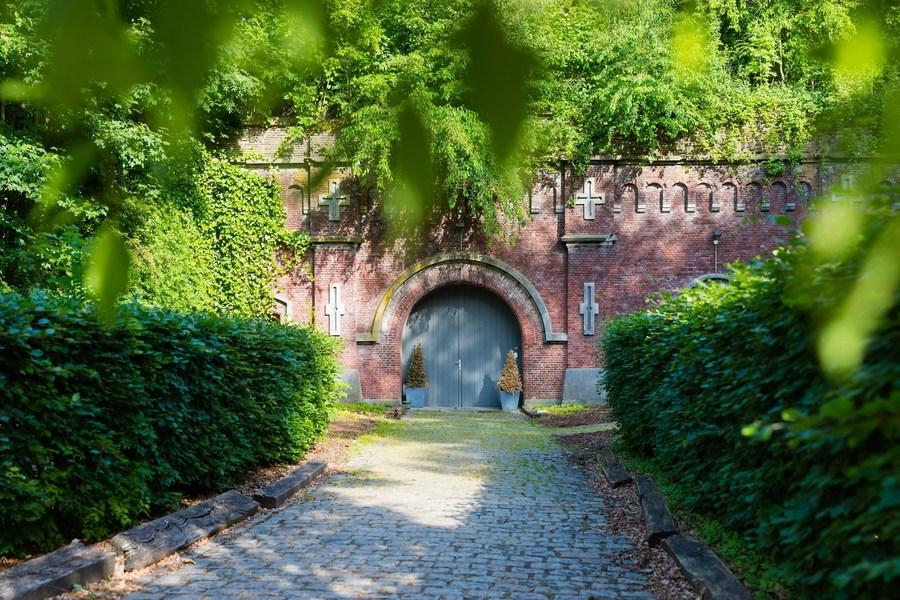 Blauwe deur aan binnenfort Fort 8