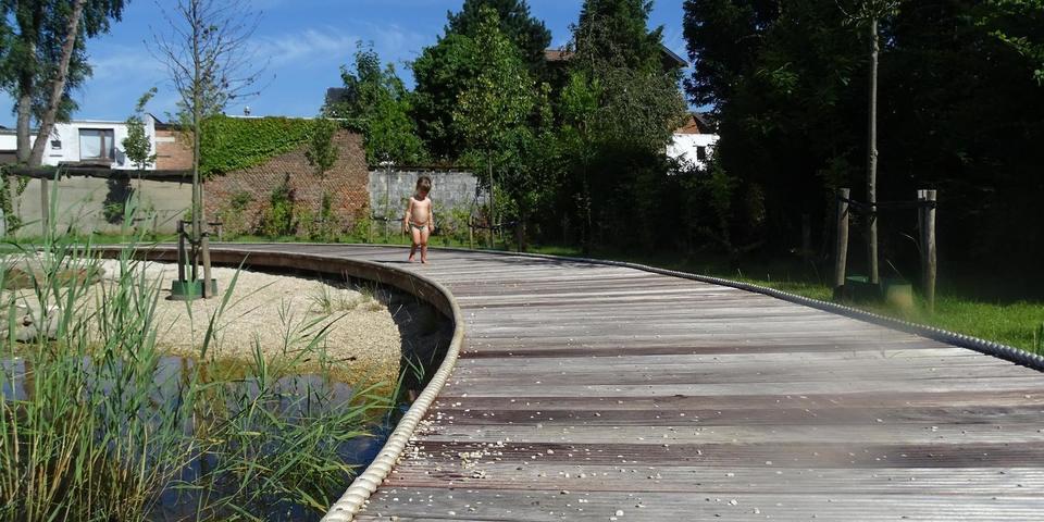 kind loopt in zwembroek over vlonderpad van Hydepark