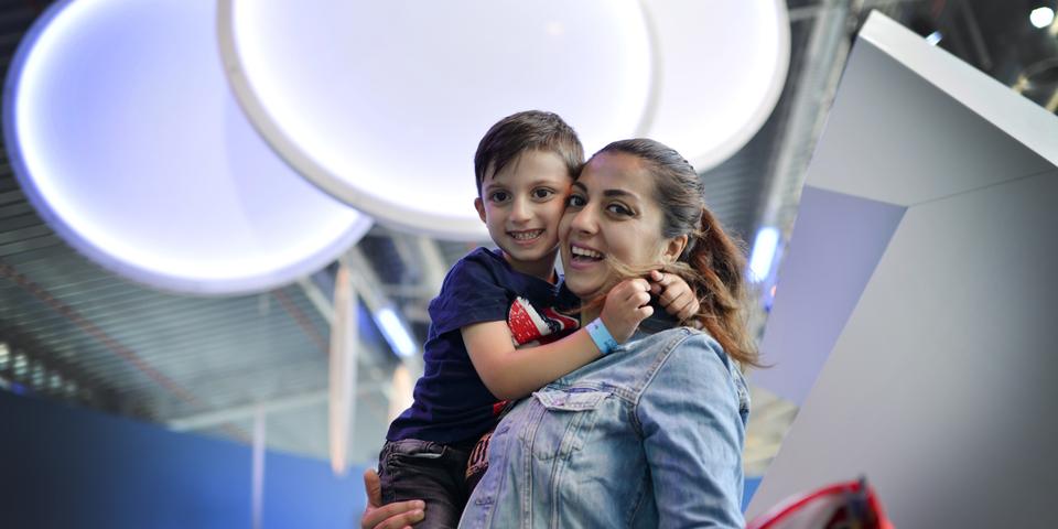 Een moeder houdt haar zoon in haar armen.