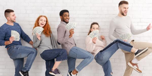 mensen hebben geld in hun handen