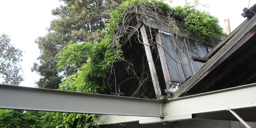 vervallen schuin dak