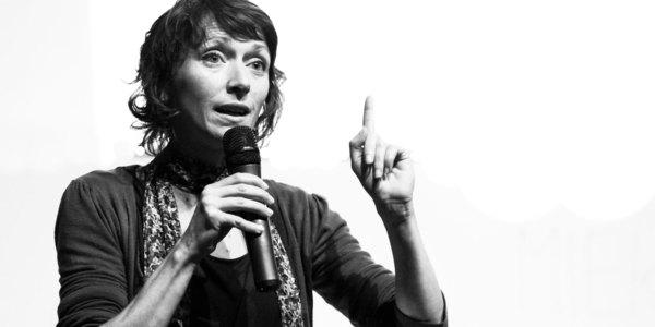 Mieke Mievis tijdens een lezing over lichaamstaal