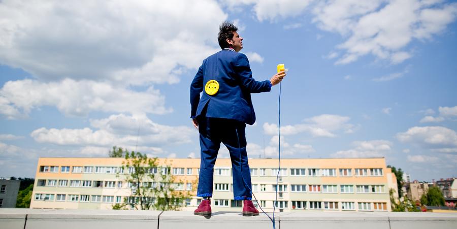 Man met in blauw kostuum houdt een stekker vast
