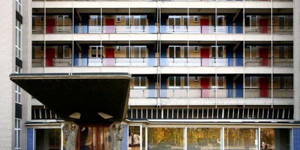 De gevel van een van de woonblokken op het Kiel ontworpen door Renaat Braem.