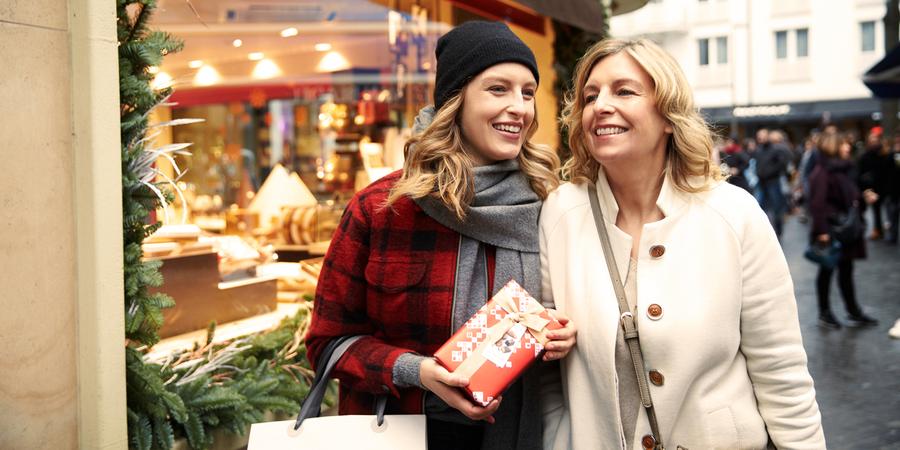 2 shoppende dames met kerstgeschenk