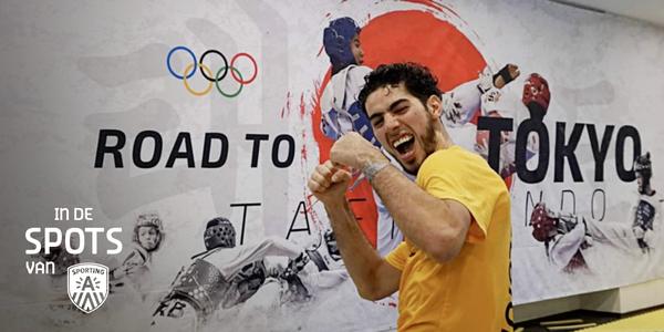 Taekwandoka Jaouad Achab staat voor een muur met daarop de tekst 'Road to Tokyo'.