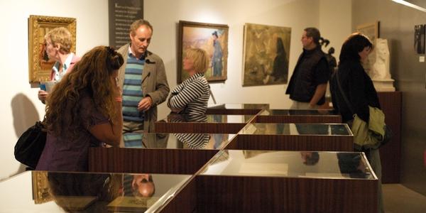 Mensen bekijken een tentoonstelling