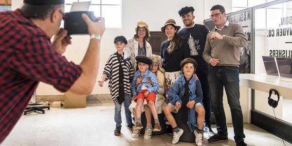 Bezoekers van het Red Star Line museum poseren voor een foto (ter ondersteuning van vacature voor publiekswerker Red Star Line Museum)