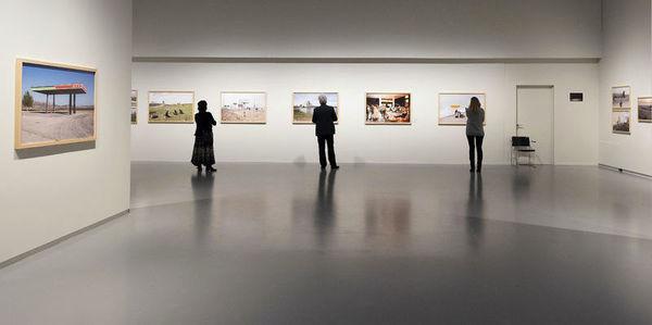 Bezoekers in een zaal van het fotomuseum