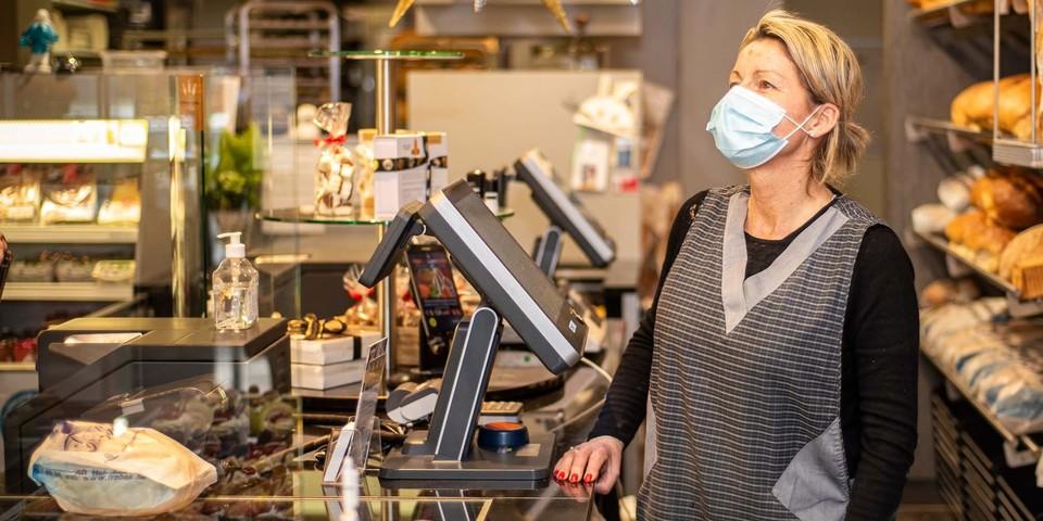 Winkeldame achter de toog bij bakker Frabak