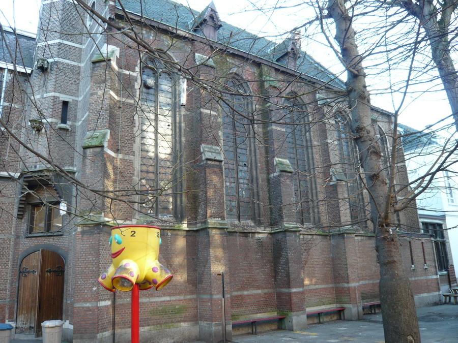Vervuilde zijgevel van de kapel.