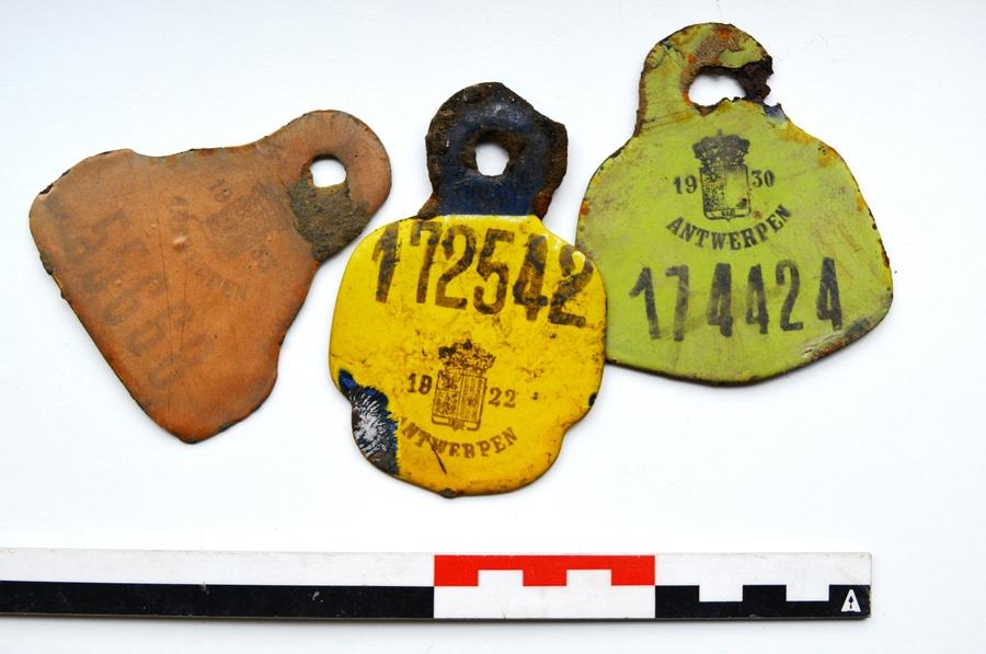 Rijwielbelastingsplaatjes (1922, 1930 en 1933) uit de tijd voor dat de vaart gedempt werd.