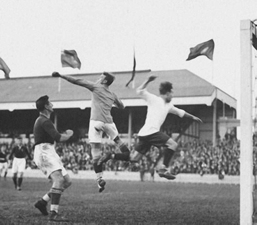 Sfeerbeeld voetbalmatch Olympische Spelen 1920: 2 spelers springen naar bal