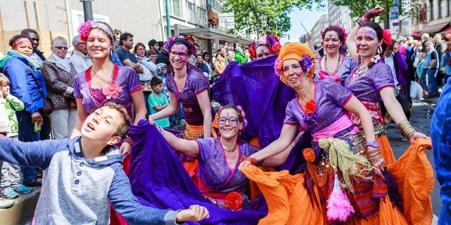 Kleurrijke dansgroep op Borgerrio