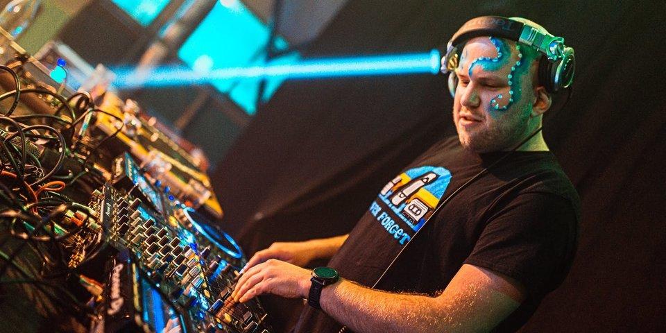 Jongere uit het Antwerps jeugdwerk die een DJ optreden geeft