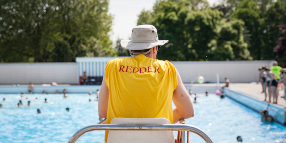 redder houdt toezicht in het openluchtzwembad