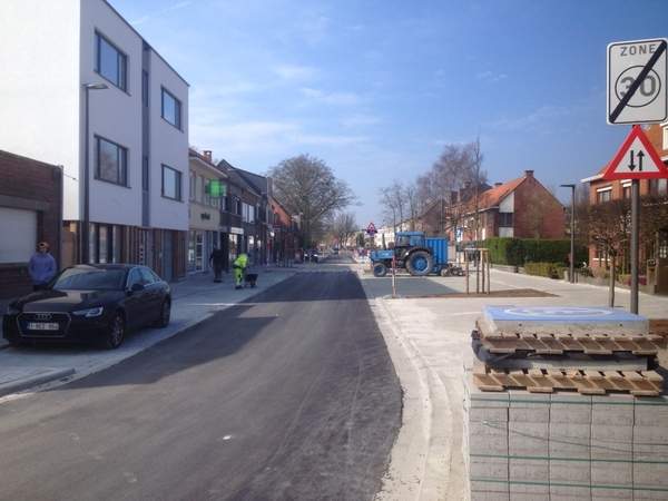 Zicht op de Prinshoeveweg net na heraanleg, op de voorgrondstaat nog een pak straatstenen