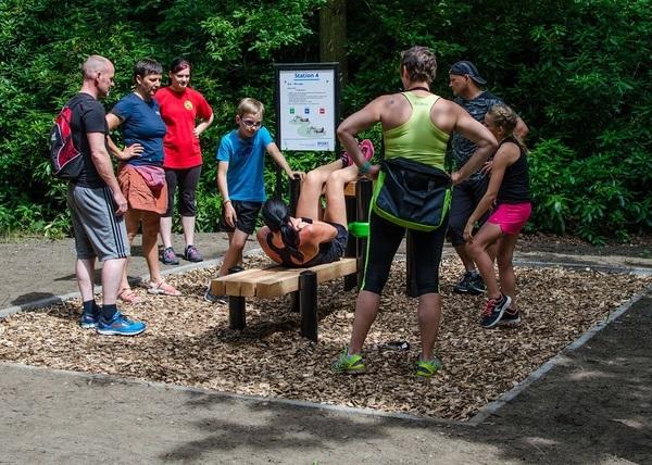 Een aantal mensen sporten op een toetstel van de fit-o-meter