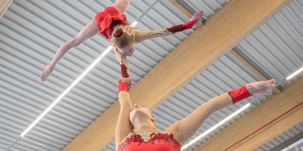 Twee gymnastes tonen hun kunnen.