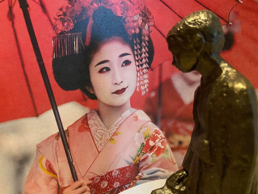 Nello en een traditioneel gekleed Japanse dame