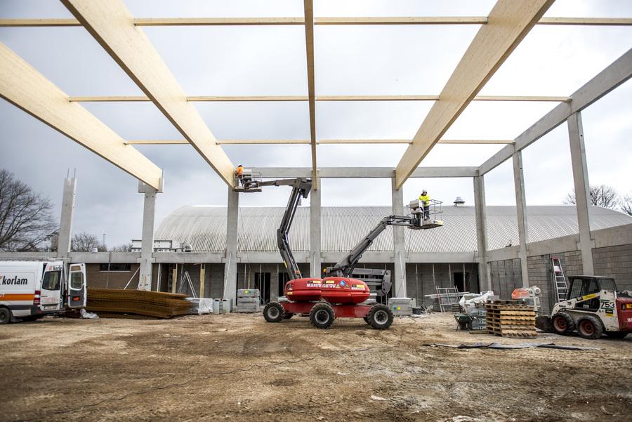 De dakconstructie wordt geplaatst.