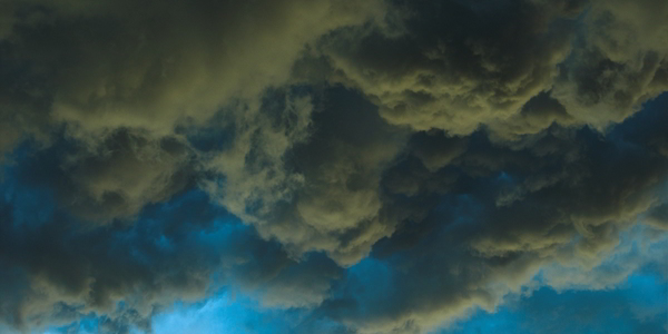 Donkere stormwolken.
