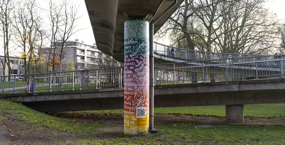 Beschilderde steunpilaar van de voetgangersbrug