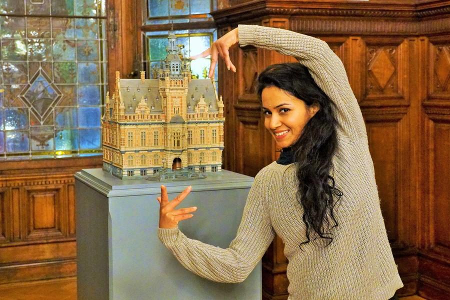 Nikita bij de miniatuurversie van het districtshuis