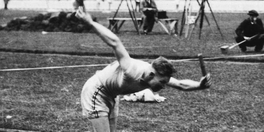 Archiefbeeld 1920: estafetteloper schiet uit de startblokken