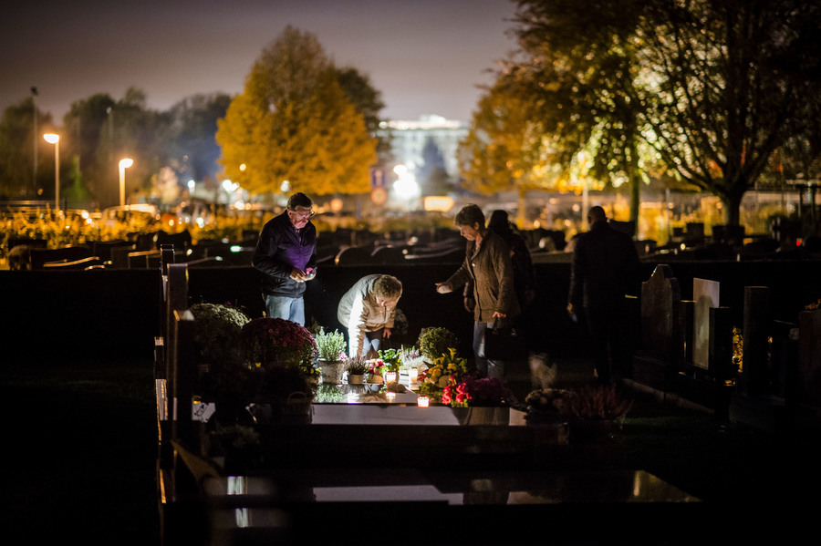 Sfeerbeeld Nocturne: Mensen bij een graf.
