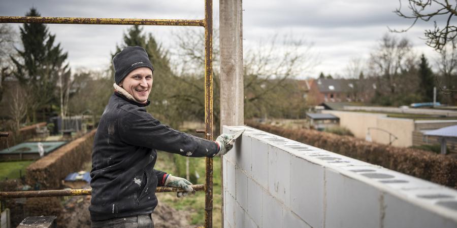 Man verbouwt huis op duurzame manier