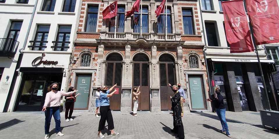 Medewerkers van het DIVA voor het museum met mondmasker op.