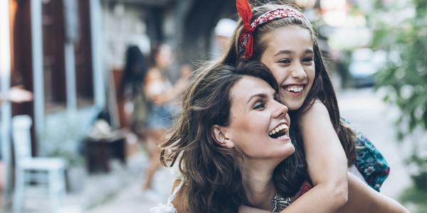 Moeder en dochter in een omhelzing