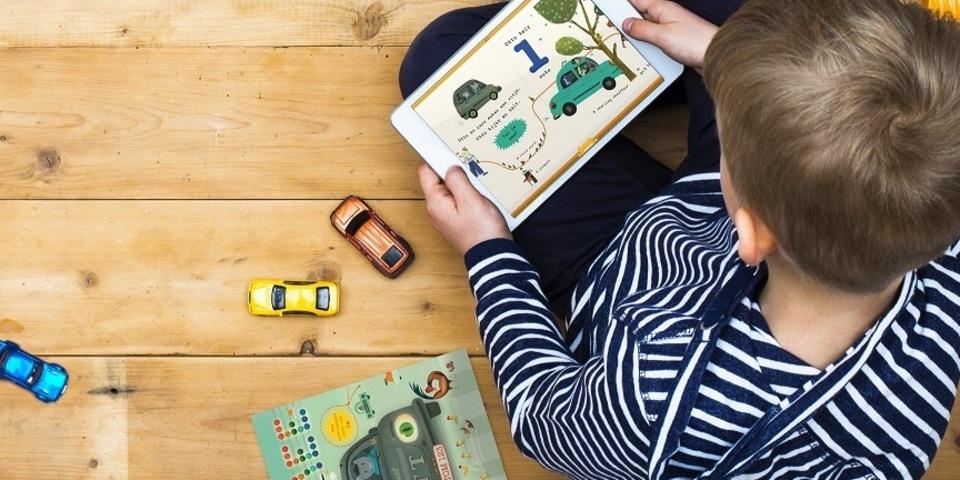 Een kleuter leest een AVI-boekje op een tablet