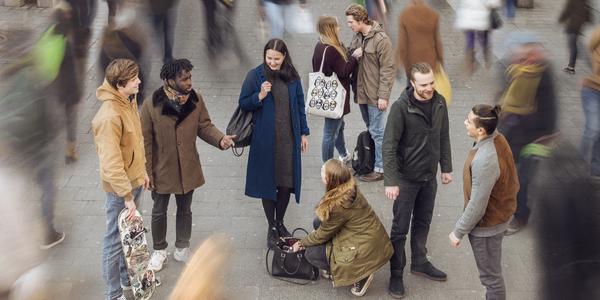 Jongeren in een drukke straat