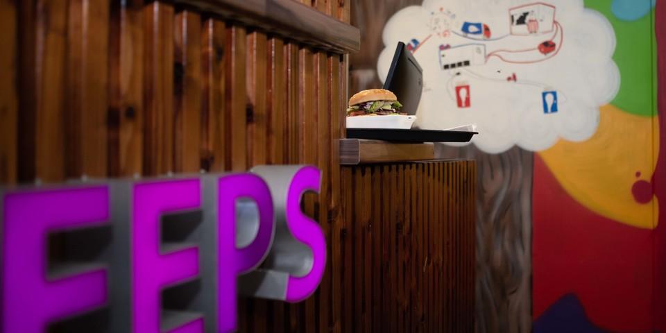 Toog van Peeps met hamburger op