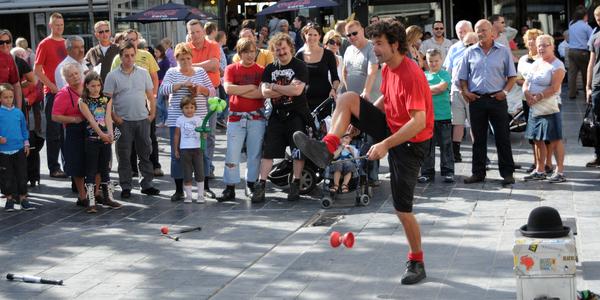 Straatartiest jongleert met jojo.