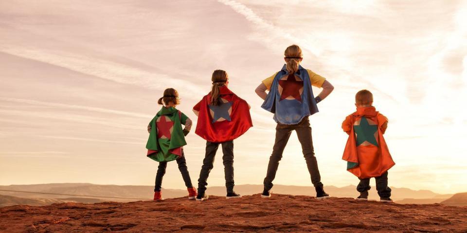 vier kinderen verkleed als superheld