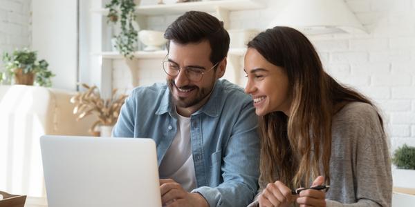 Afbeelding man en vrouw achter een computer