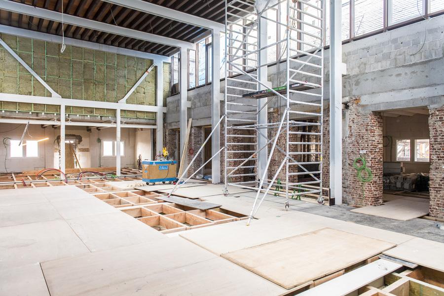dubbelhoge ruimtes met veel raampartijen in opbouw